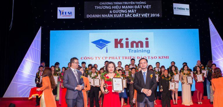 Đại diện trung tâm kế toán KIMI nhận giải thường thương hiệu đào tạo uy tín