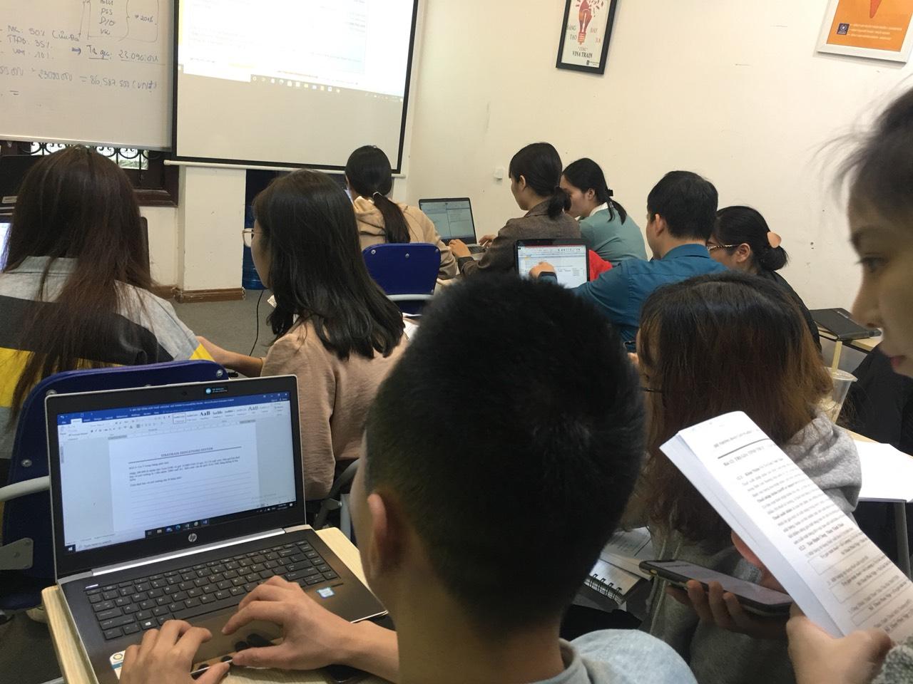 """Rất nhiều người đặt ra câu hỏi: """"Học xuất nhập khẩu Online miễn phí có nên hay không?"""""""