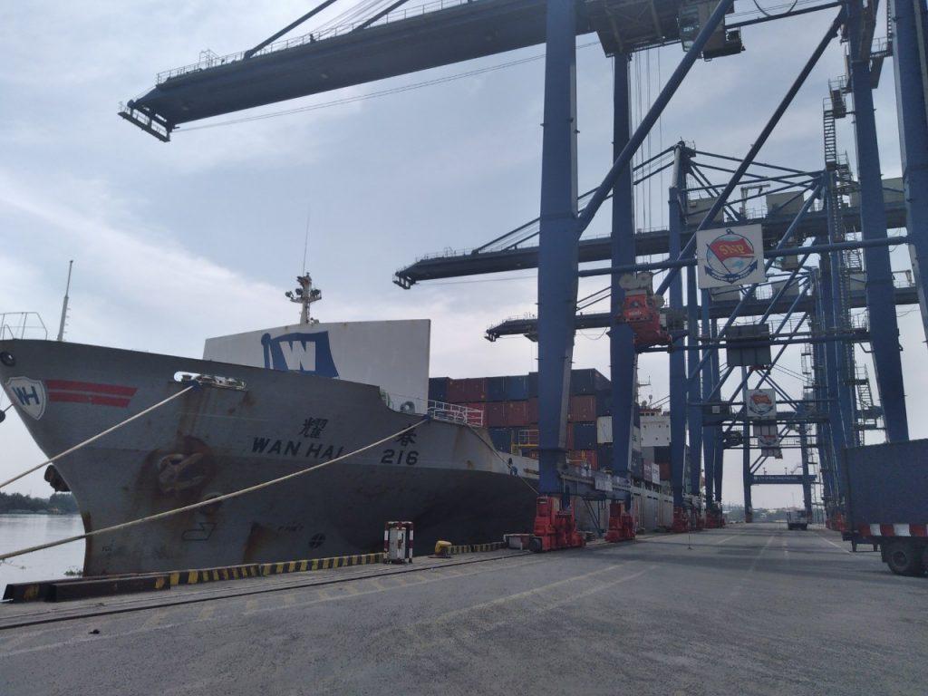 Thông quan tại cảng, làm việc với cán bộ hải quan là công việc hàng ngày anh Trung làm